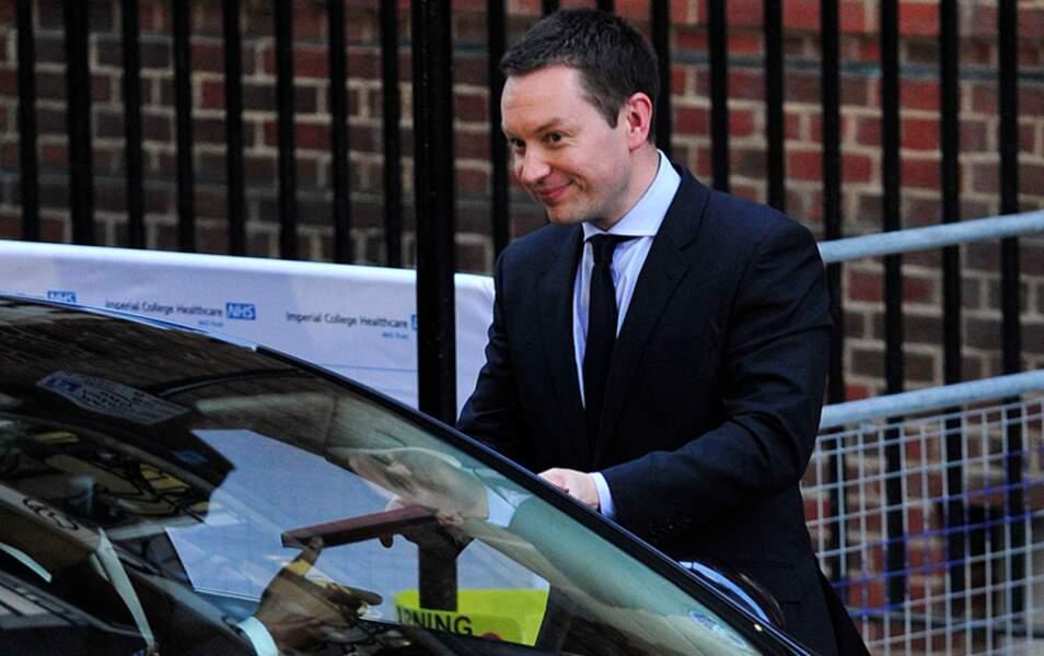 Ed Perkins donne la missive au coursier de Buckingham Palace