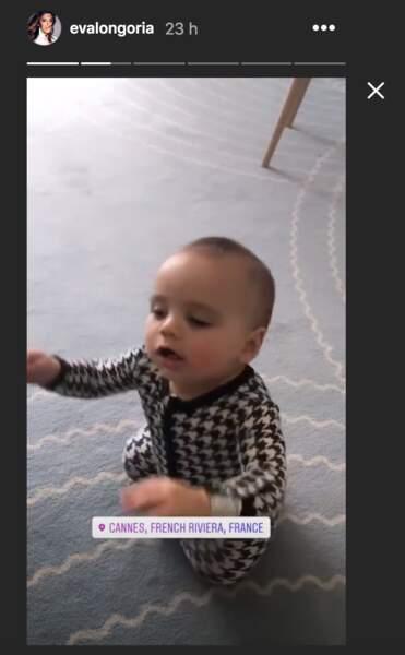 Le petit Santiago découvre sa suite avec sa maman