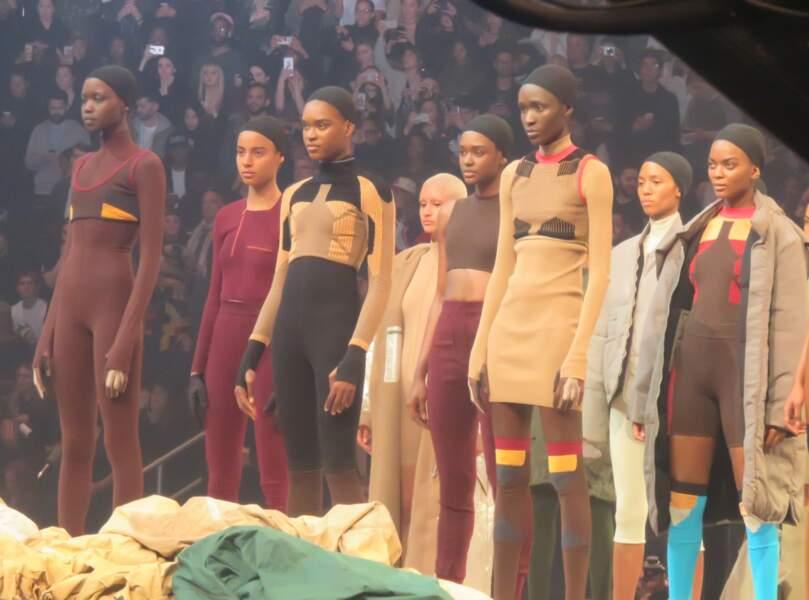 Les mannequins se tenaient au centre de la scène, admirés par la foule de people venue pour l'occasion.