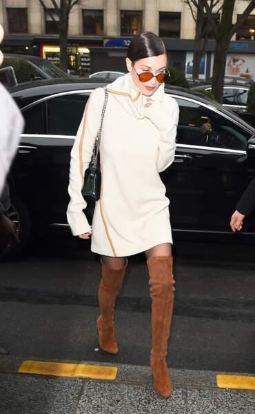 Défilé Chanel Haute Couture : Bella Hadid s'est échappée en robe blanche et cuissardes