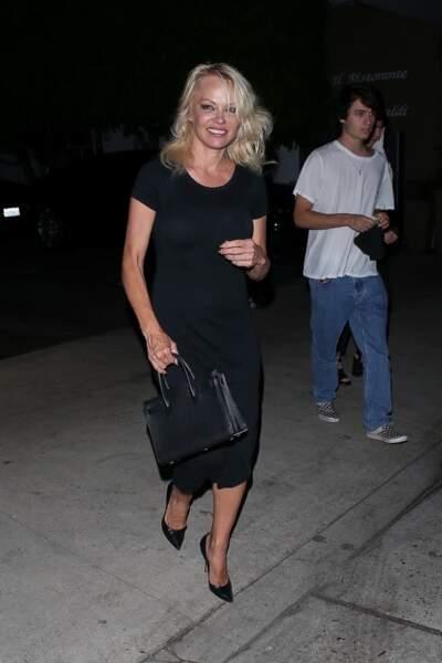 Pamela Anderson va dîner au restaurant avec ses garçons