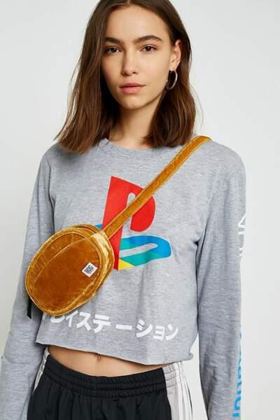 Le retour du sac banane : Sac banane rond en velours, BDG, 29,00 euros chez Urban Outfitters