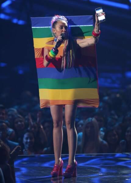 La robe drapeau multicolore