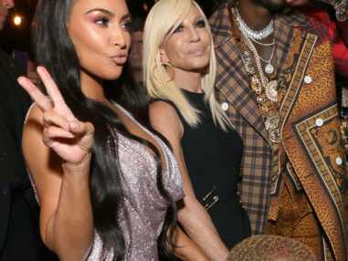 VOICI - Kim Kardashian frôle l'accident de téton, le look étrange de Paris Jackson au défilé Versace