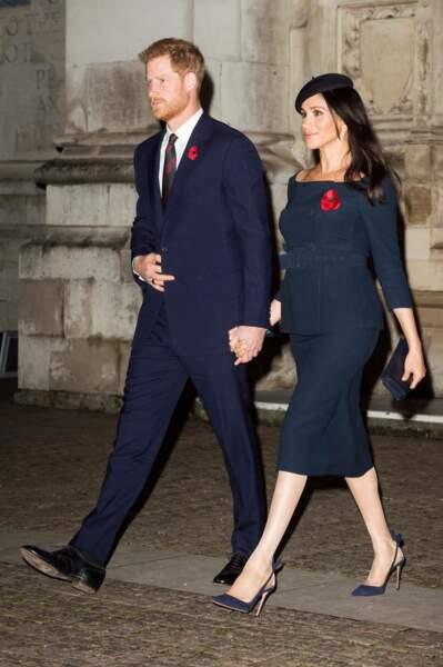 La duchesse de Sussex enceinte de 4 mois affiche son baby bump main dans la main avec son époux le prince Harry