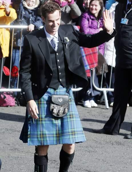 Andy Murray, le futur marié, arrive à l'église... en kilt