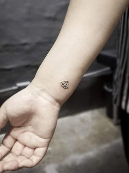 Tatouage poignet : petit diamant par @tattooist_yuri