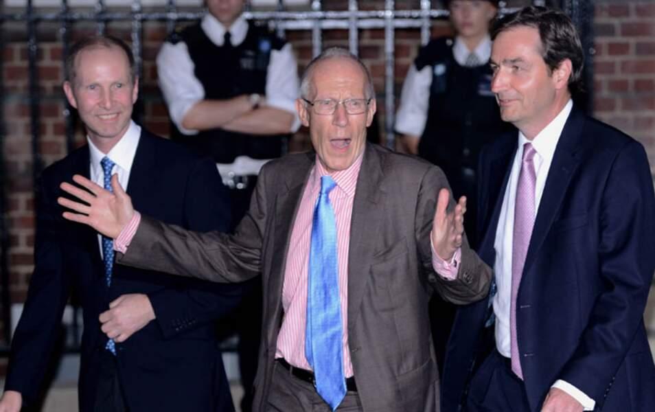 Pendant ce temps-là, les gynécologues Marcus Setchell (au centre) et Alan Farthing (à droite) sortent ravis !