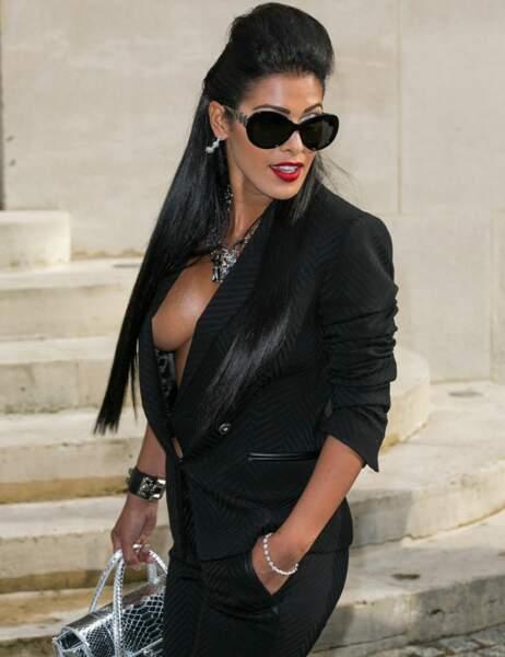 Sous sa veste, c'est sûr, elle ne porte absolument rien