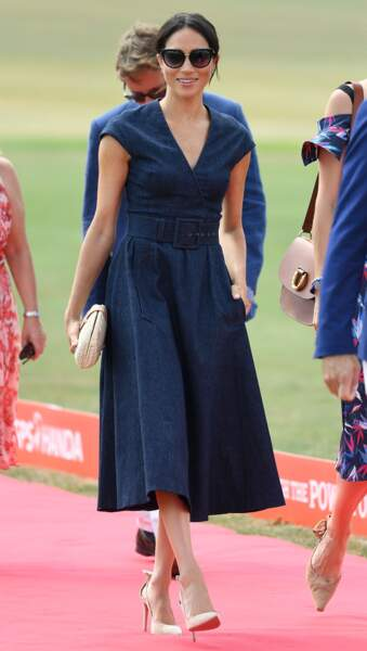 Le prince Harry et Meghan Markle s'embrassent : elle porte une robe bleu nuit signée Carolina Herrera