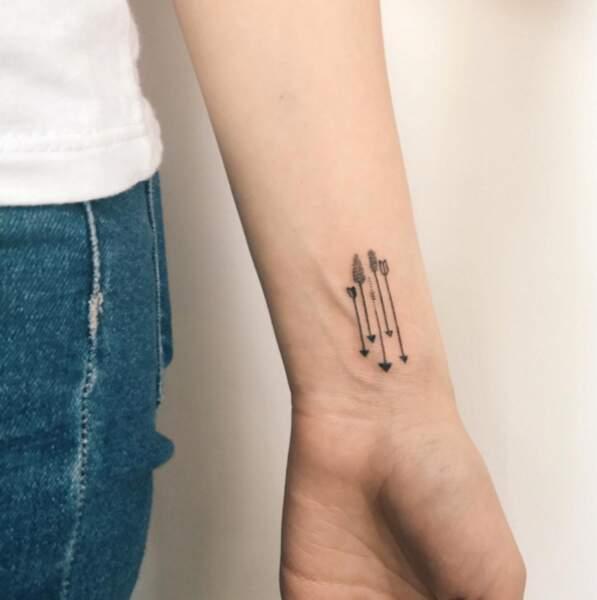 Tatouage poignet : les petites flèches de @harmlessberry