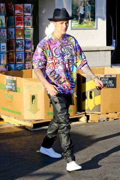 Justin Bieber est un artiste complet. Il se met aux arts plastiques et décide de porter ses oeuvres.