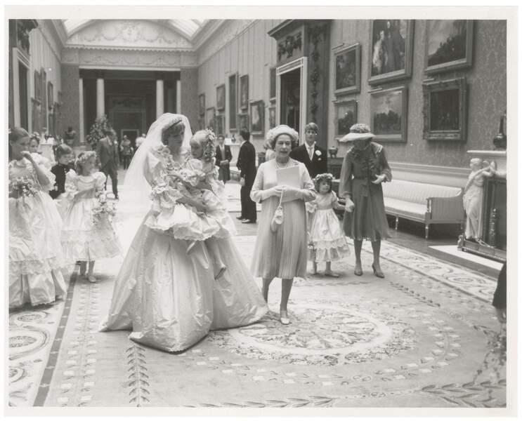 La reine Elizabeth et la toute jeune mariée Diana