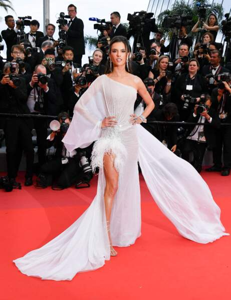 Alessandra Ambrosio a assisté à l'ouverture du Festival de Cannes
