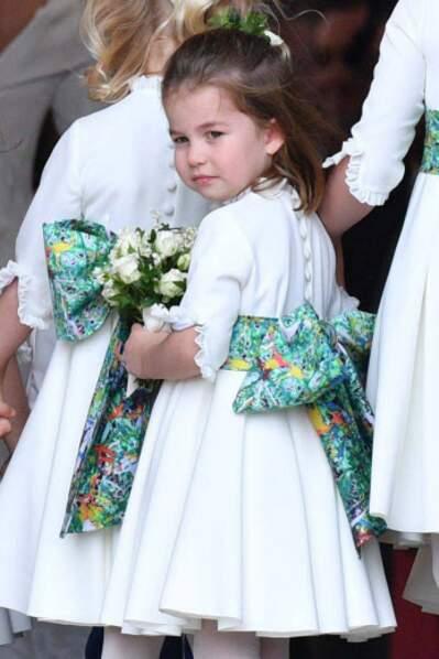 Charlotte de Cambridge a fait fondre les invités avec une petite robe blanche, ornée d'un gros noeud bleu-vert.