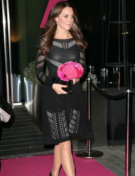 En repartant, elle n'oublie pas le petit bouquet rose qui lui a été offert