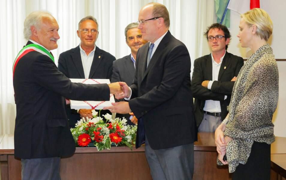 Le Prince Albert serre la main du maire