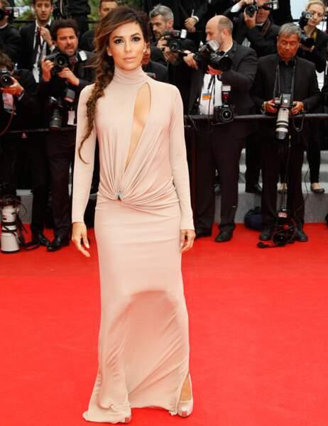 Eva Longoria tente de rester digne avec la robe qui lui colle aux jambes