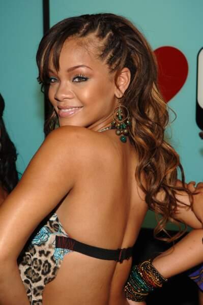 Rihanna et ses quelques tresses sur la moitié de la tête