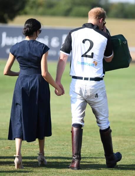 Le prince Harry et Meghan Markle s'embrassent : ils repartent main dans la main