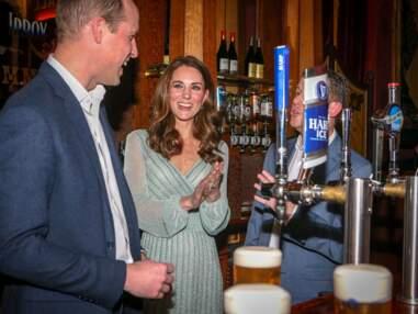 VOICI - Kate Middleton s'éclate à servir des bières avec le prince William