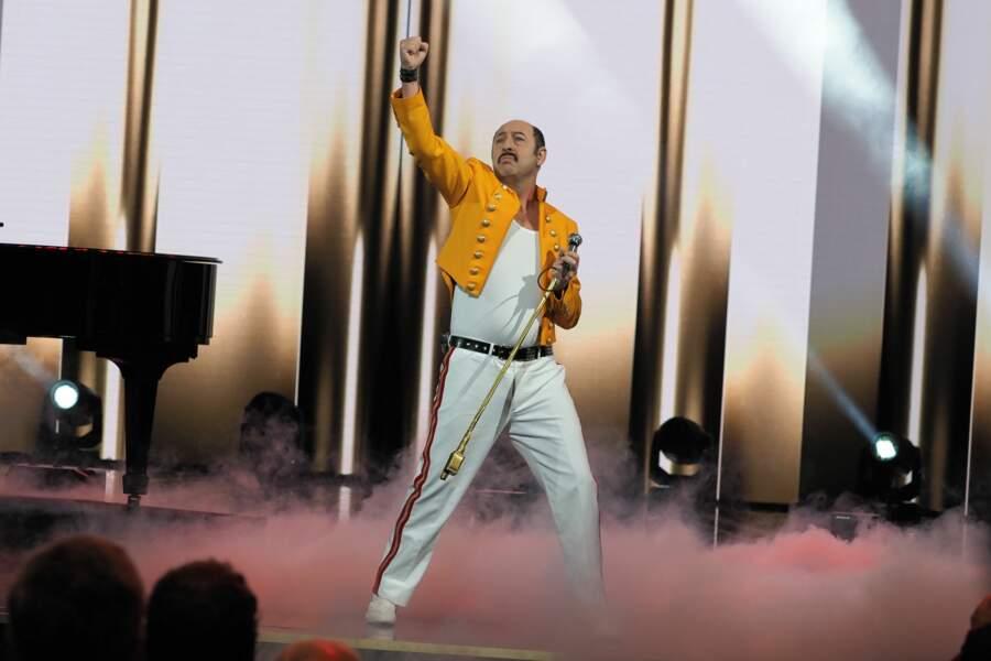 Kad Merad ouvre le bal en débarquant dans la peau de Freddie Mercury sur la scène de la Salle Pleyel
