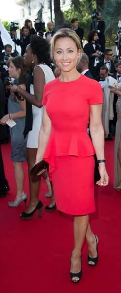 Retour sur l'évolution look d'Anne-Sophie Lapix : 2013, elle adopte les robes structurées et ne les quittera plus