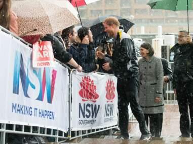 Une Australienne de 97 ans attend plus de 7 heures sous une pluie battante pour embrasser le prince Harry
