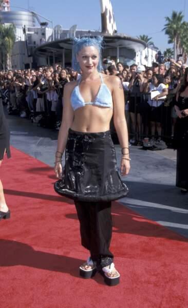 MTV Video Music Awards : Gwen Stefani + cheveux bleus + jupe sur pantalon + tongs compensées en 1998