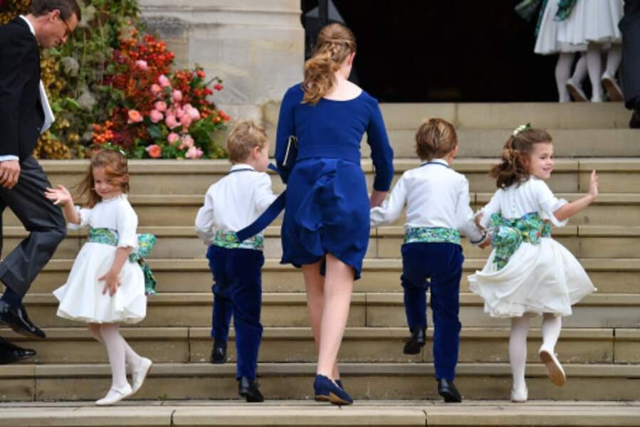 Même au moment de rentrer dans la chapelle, la princesse Charlotte n'a pas pu s'empêcher de saluer la foule !