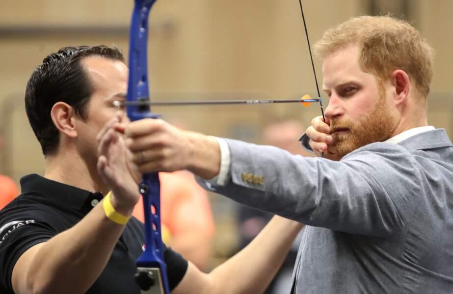 Le prince Harry en pleine séance de tir à l'arc au cours de ce voyage officiel