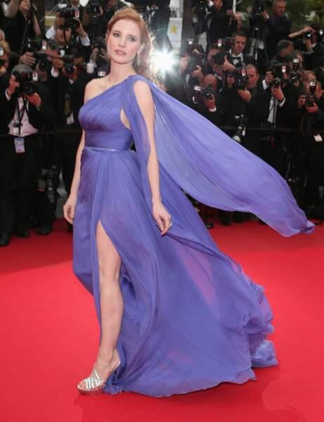 Jessica Chastain a choisi une longue robe toute en légèreté (et trouve le moyen de marcher dessus)