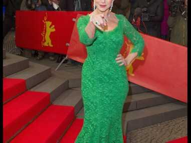 Helen Mirren tombe en montant les marches du Festival de Berlin