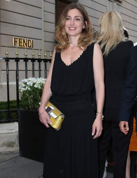 Julie Gayet a misé sur un classique : la robe noire