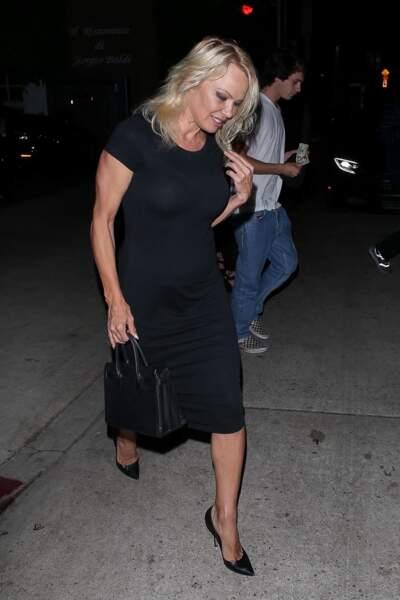 Pamela Anderson arrive au restaurant