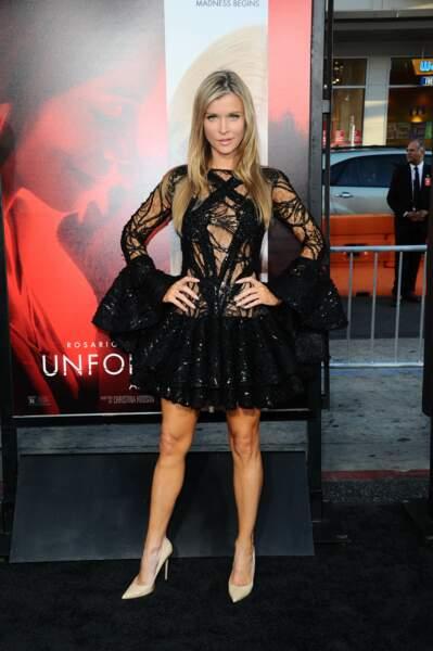 Avant-première d'Unforgettable : Joanna Krupa porte une petite robe noire très ajourée