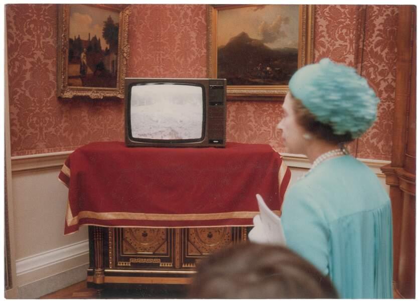 Quand la reine Elizabeth découvre les images du mariage de son fils et de Diana à la télévision
