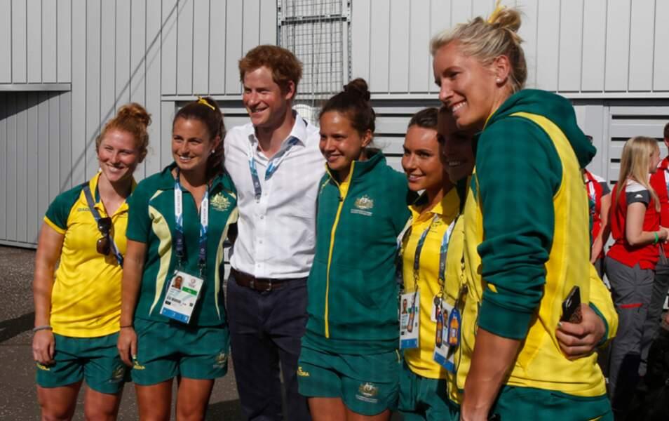 Le prince Harry pose avec l'équipe de hockey australienne ;)