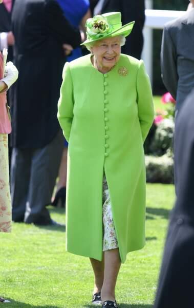 La reine Elizabeth passe tout le monde en revue