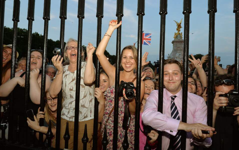 Devant Buckingham Palace, une large foule attend patiemment l'annonce de la naissance du Royal Baby