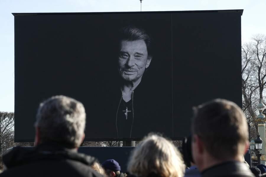 Portrait de Johnny Hallyday lors de l'hommage populaire, avec sa croix
