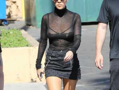 PHOTOS Kourtney Kardashian sexy : elle s'affiche en soutien gorge dans la rue