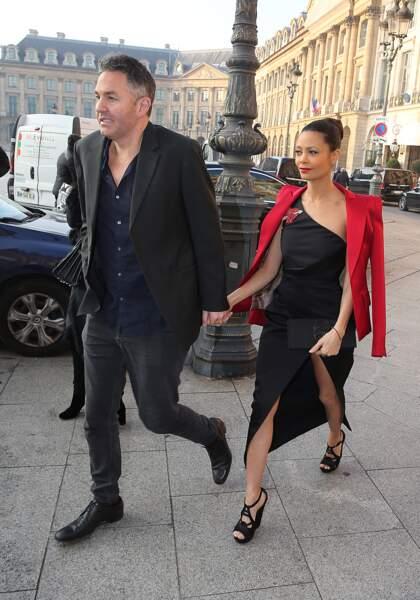 Fashion Week Haute Couture : Thandie Newton délicieuse en robe asymétrique et veste rouge