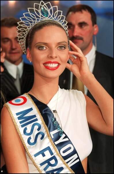 Sylvie Tellier tout juste couronnée et très émue, porte encore son écharpe de Miss régionale