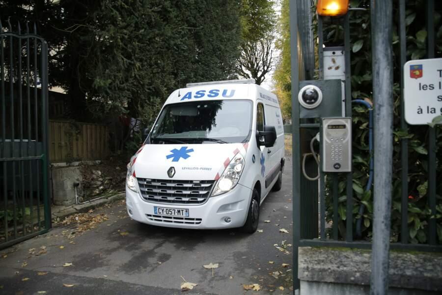L'ambulance qui a raccompagné Johnny chez lui quitte Marnes-la-Coquette