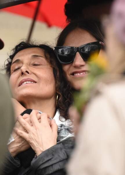 Aziza Zakine et Izïa Higelin, aux obsèques de Jacques Higelin, au cimetière du Père-Lachaise, le 12 avril 2018