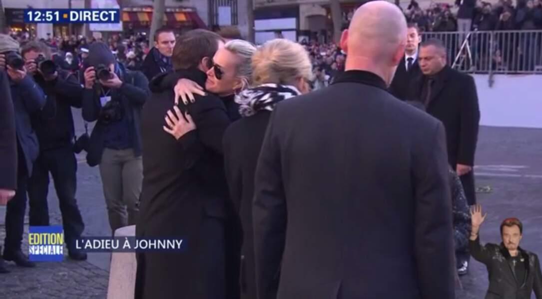 Hommage à Johnny Hallyday : Laeticia embrasse Emmanuel Macron