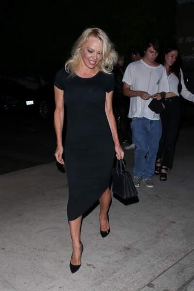 Pamela se rend au restaurant avec le sourire aux lèvres