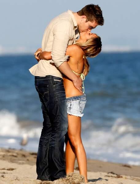Ashley Tisdale et un homme très grand