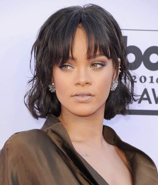Visage allongé : craquez pour une frange longue laissant entrevoir le front comme Rihanna